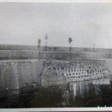 Fotografía antigua: FOTOGRAFIA BERMEO (VIZCAYA) OBRA URGENTE TERMINADA PUERTO DE LA AVERIA DE JULIO DE 1953. Lote 99668379