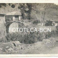 Fotografía antigua: FOTO ORIGINAL POBLACION A IDENTIFICAR POSIBLEMENTE CATALUNYA PUENTE DE PIEDRA COCHE CARRO AÑOS 20/30. Lote 99824687