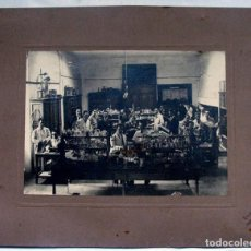 Fotografia antiga: KSADO. SANTIAGO DE COMPOSTELA. LABORATORIO DE UNIVERSIDAD, FACULTAD O FARMACIA CON ALUMNOS. C. 1920. Lote 103142951