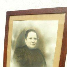 Fotografía antigua: RETRATO DE ESTUDIO RETOCADO. DAMA 1887. GRANDE: 56 X 42 CM. ENMARCADO. Lote 103341735