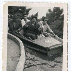 Fotografía antigua: PARQUE DE ATRACCIONES DEL MONTE IGUELDO, SAN SEBASTIÁN, RÍO CON BARCAS, AGOSTO 1956, 7X10 CMS. . Lote 103689027