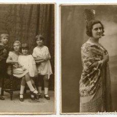 Fotografía antigua: SEÑORITA CON MANTILLA Y PEINETA Y NIÑOS, 2 FOTOS MONTADAS EN CARTÓN POSTAL, CASTELLANO, SEVILLA 1924. Lote 103779299