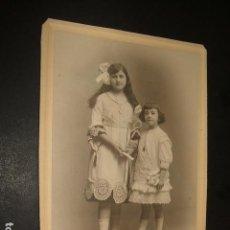 Fotografía antigua: RETRATO DE 2 HERMANAS 12 X 17 CMTS HACIA 1910. Lote 103882163