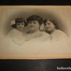 Fotografía antigua: RETRATO DE MADRE E HIJAS 12 X 17 CMTS HACIA 1910. Lote 103882171