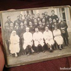 Fotografía antigua: GRUPO DE MÉDICOS Y ESTUDIANTES MEDICINA SIGLO XIX. SIN AUTORÍA-HOSPITAL. Lote 104353671