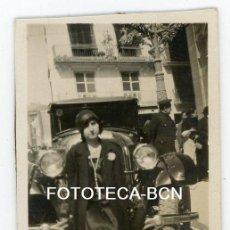 Fotografía antigua: FOTO ORIGINAL MUJER Y SU COCHE CHOFER POSIBLEMENTE VALENCIA AÑOS 20/30. Lote 105252387