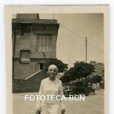 Fotografía antigua: FOTO ORIGINAL SEÑORITA PASEANDO POR UNA CALLE COCHE POSIBLEMENTE BARCELONA AÑOS 20/30 . Lote 105253383
