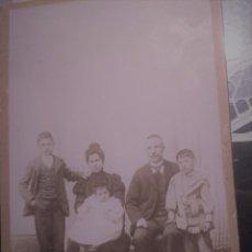 Fotografía antigua: ANTIGUA FOTOGRAFIA LA PARISIEN, SANTIAGO 76 VALLADOLID, UN MATRIMONIO Y SUS TRES HIJOS.. Lote 105622447