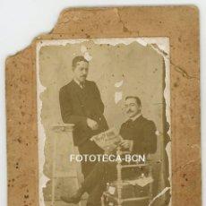 Fotografía antigua: FOTO ORIGINAL CABALLEROS LEYENDO DIARIO EL PAIS PRINCIPIOS S XX - FOT WENCESLAO ESCUDERO MADRID. Lote 105805935