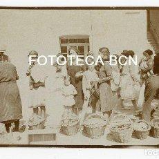 Fotografía antigua: FOTO ORIGINAL POSIBLEMENTE MONASTERIO DE MONTSERRAT MERCADO DE FRUTAS Y VERDURAS AÑOS 20/30. Lote 108986667