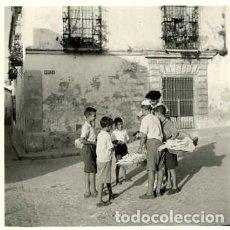 Fotografía antigua: JEREZ DE LA FRONTERA. VENDEDORES AMBULANTES DE CARAMELOS. DECADA DE 1950. TAMAÑO 7X7 CM.. Lote 109293863
