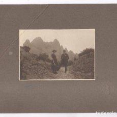 Fotografía antigua: PAREJA EN MONTSERRAT, SELLO DE ADOLF MAS, Y FIRMADA POR A. RIFÁ. SOPORTE: 24X31CM.. Lote 109357923