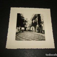 Fotografía antigua: SEVILLA UNA CALLE FOTOGRAFIA AÑOS 40 8 X 8 CMTS. Lote 110203691