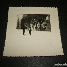 Fotografía antigua: MERIDA BADAJOZ NIÑO CON TRAJE EXTREMEÑO EN PLAZA FOTOGRAFIA AÑOS 40 8 X 8 CMTS. Lote 110203727