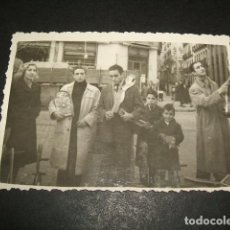 Fotografía antigua: MADRID EL RASTRO FOTOGRAFIA AÑOS 40 PUESTO CON JUGUETES NAVIDAD 6 X 8,5 CMTS. Lote 110203807