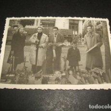 Fotografía antigua: MADRID EL RASTRO FOTOGRAFIA AÑOS 40 PUESTO CON JUGUETES NAVIDAD 6 X 8,5 CMTS. Lote 110203819