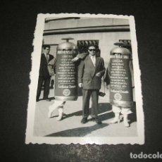 Fotografía antigua: MADRID FOTOS MARSET NAVA DEL REY 3 PUBLICIDAD AMBULANTE APARATO DE MASAJES FOTOGRAFIA AÑOS 50 . Lote 110203911