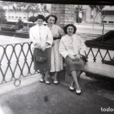 Fotografía antigua: ANTIGUO NEGATIVO DE FOTOGRAFÍA. CLICHÉ. CHICAS. FOTO ANTIGUA.. Lote 110645055