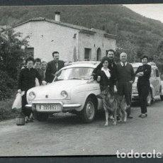 Fotografía antigua: AUTOMOVILISMO. TODA UNA FAMÍLIA AL LADO DE SU COCHE. AÑOS 60. MATRÍCULA B-205861. Lote 112179623