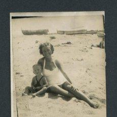 Fotografía antigua: ARENYS DE MAR. MARESME. MADRE CON SU HIJO PEQUEÑO EN BAÑADOR EN LA PLAYA DE ARENYS. AGOSTO 1950. Lote 112813743