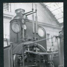 Fotografía antigua: TRENES. DETALLE DE LA LOCOMOTORA DEL TREN DEL CENTENARIO 1848-1948. EXPOSICIÓN EST. FRANÇA. BCN 1981. Lote 112873607