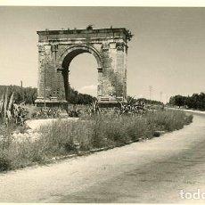 Fotografía antigua: TARRAGONA. ARCO DE 'BARÁ'. AÑO 1953 POR VIAJERO FRANCÉS.. Lote 113110211