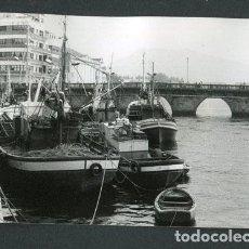 Fotografía antigua: GALICIA. PUENTE. BARCOS DE PESCA. PUERTO-8. PAISAJE MARINO. C.1973. Lote 113353051
