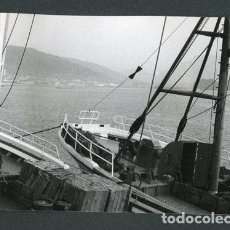 Fotografía antigua: GALICIA. BARCOS DE PESCA. PUERTO-9. PAISAJE MARINO. C.1973. Lote 113353207