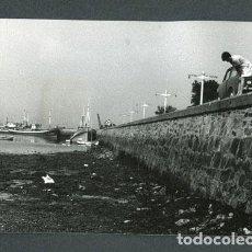 Fotografía antigua: GALICIA. BARCOS DE PESCA. PUERTO. PESCADORES. C.1973. Lote 113353611