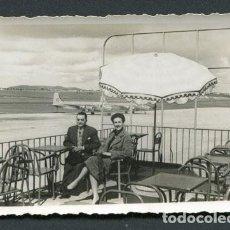 Fotografía antigua: AEROPUERTO DEL PRAT. BARCELONA. MATRIMONIO EN UNA TERRAZA. AVIONES. AÑOS 50. Lote 113434483