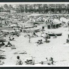 Fotografía antigua: SITGES. ATIBORRADA PLAYA DE SITGES. VERANEANTES Y BAÑISTAS. 23 DE JULIO DE 1966. Lote 113435515