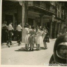 Fotografía antigua: PUIGCERDÁ (GIRONA). GRUPO DE NIÑAS BAILANDO SARDANAS. (2 FOTOS) POR VIAJERO FRANCÉS EN 1953. Lote 113486203