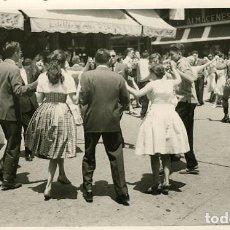 Fotografía antigua: PUIGCERDÁ (GIRONA). EN FIESTAS, CONCURSO DE SARDANAS. POR VIAJERO FRANCÉS EN 1953. Lote 113486579