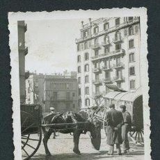 Fotografía antigua: CARROS DE CABALLOS. AVENIDA NO IDENTIFICADA DE BARCELONA. AÑOS 1940. Lote 113523163