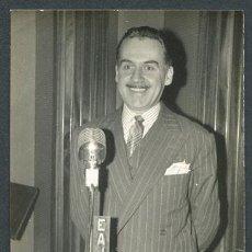 Fotografía antigua: RADIO BARCELONA. RADIO ESPAÑA 1. EAJ1. LOCUTOR DE RADIO. COSTA ROSÉS. 18 DE ENERO DE 1957. Lote 113670199