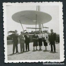 Fotografía antigua: XXXV CONGRESO EUCARÍSTICO DE BARCELONA. GRUPO DE PERSONAS ANTE EL ALTAR EUCARÍSTICO. DIAGONAL. 1952. Lote 113712979