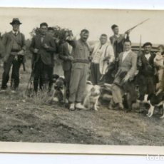 Fotografía antigua: PARTIDA DE CAZA, CAZADORES CON PERROS. FOTOGRAFÍA ANTIGUA. 11,4X7 CMS. ARANDA DE DUERO ?. Lote 114087275