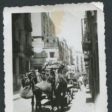 Fotografía antigua: CALLE DEL REC. EL BORN. BARCELONA. CARROS DE CABALLOS EN LA CALLE. CA. 1930. Lote 114343199