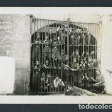 Photographie ancienne: MILITARES. SOLDADOS. MINUTERO. GRUPO DE SOLDADOS ENCARCELADOS. LUGAR DESCONOCIDO. . Lote 114453371