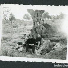Fotografía antigua: EIVISSA. IBIZA. NECRÓPOLIS. OLIVO. GRUPO DE TURISTAS. C.1950. Lote 114594595