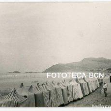 Fotografía antigua: FOTO ORIGINAL ZARAUTZ ZARAUZ PLAYA CASETAS DE BAÑISTAS AÑOS 60. Lote 114782415