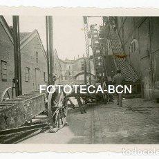 Fotografía antigua: FOTO ORIGINAL INDUSTRIA FABRICA NAVES INDUSTRIALES ALMACEN CINTA TRANSPORTADORA CATALUNYA AÑOS 40. Lote 114789523