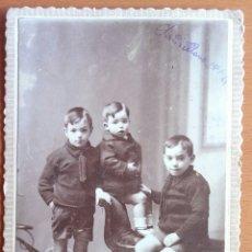 Fotografía antigua: FOTOGRAFÍA DE ESTUDIO DE TRES NIÑOS. FOTO MONTES TORRELAVEGA. 1921.. Lote 114870742