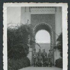 Fotografía antigua: MARRUECOS. LARACHE. MILITARES. SOLDADOS ESPAÑOLES ANTE UNA PUERTA DE ESTILO MARROQUÍ. 1935. Lote 114887643