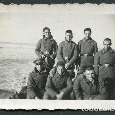 Fotografía antigua: MARRUECOS. MILITARES. SOLDADOS ESPAÑOLES DELANTE DEL MAR EN LARACHE. 1935. Lote 114889479