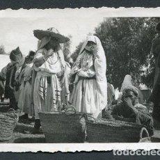 Fotografía antigua: MARRUECOS. MERCADO. MUJERES MARROQUÍES. PHOTO-DIODORO, LARACHE. CA. 1935. Lote 114890303