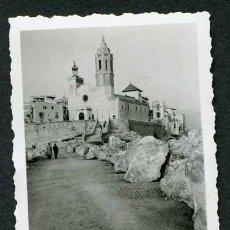Fotografía antigua: SITGES. VISTA DE L'ESGLÉSIA DE SITGES. BONICA IMATGE. CA. 1950. Lote 115581407