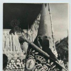 Fotografía antigua: SEVILLA, COFRADE, 1950'S. FOTO: ANTONI CAMPAÑÁ, BARCELONA. 18X24 CM.. Lote 116220075