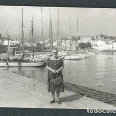 Fotografía antigua: BARCELONA. ARENYS DE MAR. PUERTO. SEÑORA. 1961. Lote 116361235