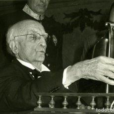 Fotografía antigua: MADRID 2.5.1976.- SALVADOR DE MADARIAGA, DESPUÉS DE SU REGRESO A ESPAÑA, LEYENDO SU DISCURSO DE..... Lote 116976891